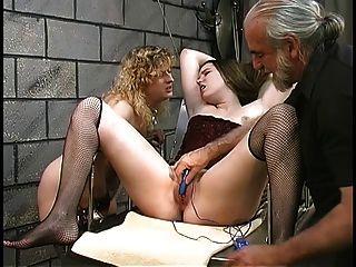 niedliche dicke lesbische bdsm Mädchen mit haarigen Büschen spielen mit Vibratoren im Keller