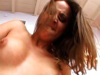 Anal-Milf-Drosseln auf Dick und nimmt einen riesigen Schwanz in ihren Arsch in vielen Positionen