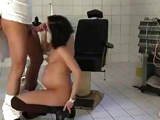 schwangere Frau von ihrem Arzt gefickt