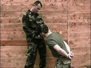 in der Armee jetzt saugen einen großen Schwanz
