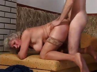 Oma mit schlackenden Titten geht anal