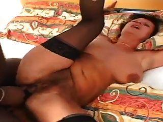 Amateur-Milf nimmt schwarzen Schwanz in ihren Arsch