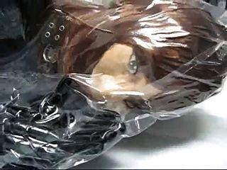 Mädchen mit Gummimaske im Vakuumbeutel