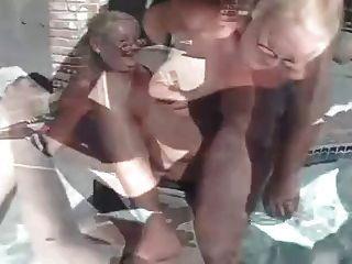 Reife Oma Dreier am Pool