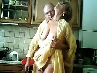 altes deutsches Paar in der Küche