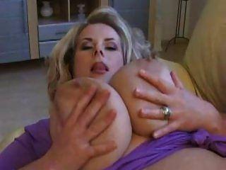 Milf neckt mit riesigen Titten