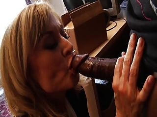 weiße milf isst schwarze Penis Spermien