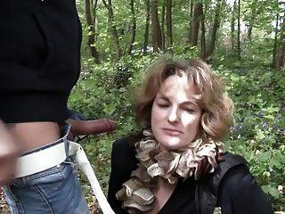 Französische reife Sophia im Freien gefickt
