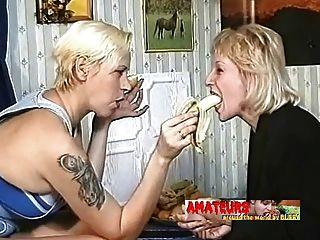 alte Lesben essen Bananen und machen Fußanbetung