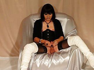 sexy tilf in Stiefel streicheln Hahn