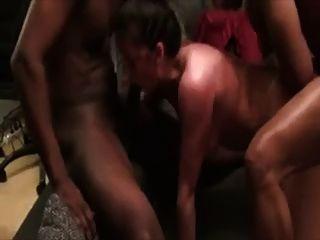 Schlampe Frau wird von 2 Schwarzen Gestüt geschlagen.