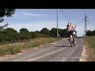 nackt in der Öffentlichkeit und schmutziges Radfahren