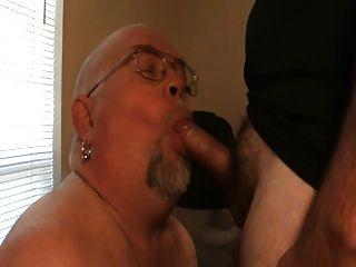 saugen und schlucken einen großen dicked Bär