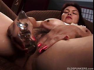 sexy reife Babe zeigt ihre schönen großen Titten und Fett
