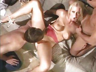 busty babe füllt ihre Löcher