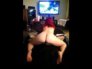 schüttelte den Arsch beim Spielen von Xbox nackt