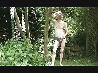 Streifen, Wichsen und Sperma im Garten