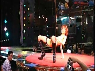 sexy haarige japanische stripgirl nackt auf der Bühne Japan Nachtclub