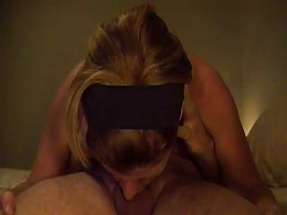 Sie liebt es, einen Hahn in 69 Sex-Position zu deepthroat