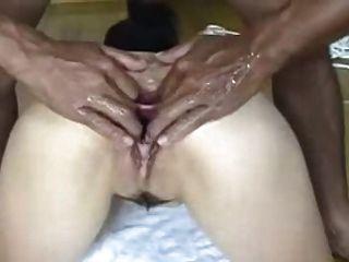 japanische Schlampe bekommt ihren Arsch und Pussy breit weit offen
