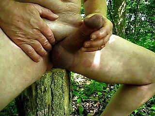 angenehmer Outdoor-Jackoff im Wald