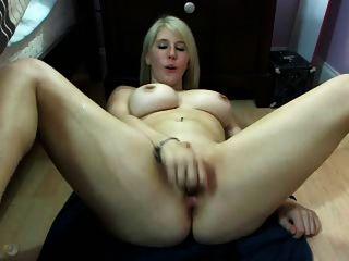 busty blonde webcamgirl spritzt mehrmals