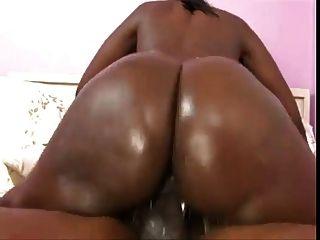 großer schwarzer Arsch reitet den Schwanz (Clip)