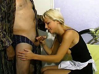 blonde Frau und alte Männer