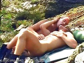 nackte Homosexuell Sonnenbrillen bitte einander in den Felsen