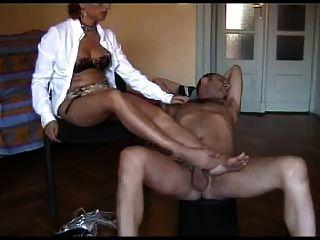 lei lo porta ai piedi di sperma