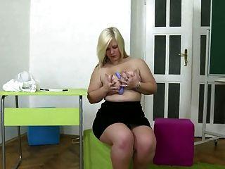 Chubby junge blonde Mädchen masturbiert mit schwarzem Dildo