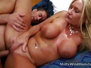 Milf Roxy liebt rauen Sex und Sperma