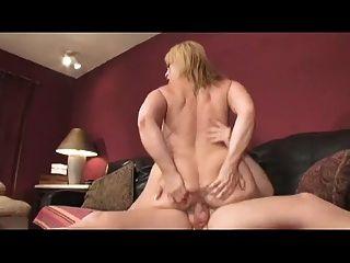 big titty mommy bouncing auf einem jungen Schwanz