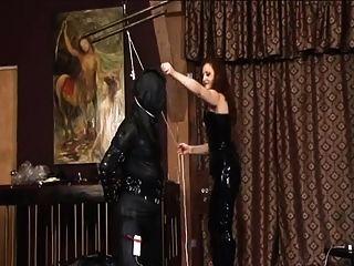 Latex-Herrin mit ihrem Sklaven