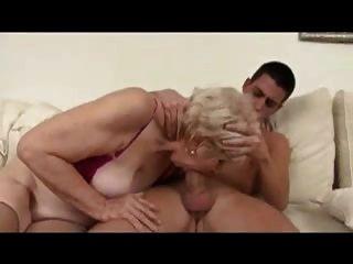 sexy Oma wird gefickt und von einem jungen Mann facialisiert