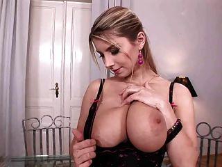 busty katarina spielt mit ihren großen Titten