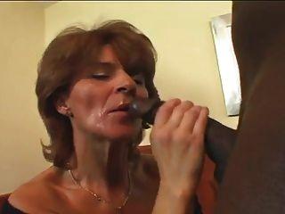 Tunde saugt einen Dildo und prüft ihre Pussy vor dem Ficken