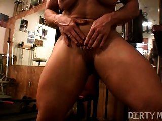 Muskel Babe Brandimae spielt mit ihrer Muschi