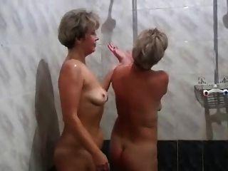 russische mütter irina valia in der sauna