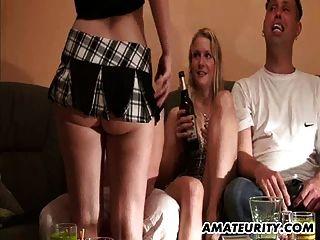 Amateur-Home-Party mit Sektüchern und Biber