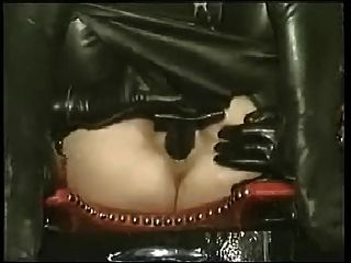 Dame in Latex hat interne Dildo Hose entfernt
