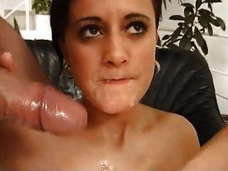 junge Schlampe muss ekelerregendes Sperma auf einem Löffel essen