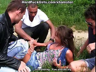 Outdoor Hardcore Sex mit einem süßen Mädchen