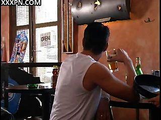 naughty Jungs beugen den Ellenbogen in einer Bar und machen eine heiße Orgie auf