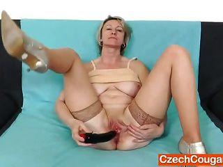 blonde Amateur Mama Solo in Strümpfen
