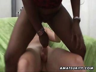 schwarze Amateur-Freundin bekommt Sperma abgedeckt
