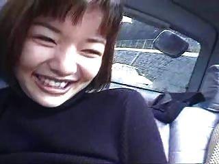 zwei japanische Mädchen im Auto