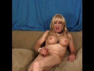 Verbündete transsexuelle Rucke auf der Couch