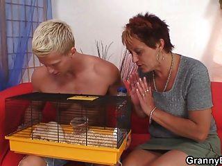 Oma erlaubt ihm, sie zu verführen