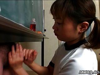 itsuki wakana gibt einen schönen handjob